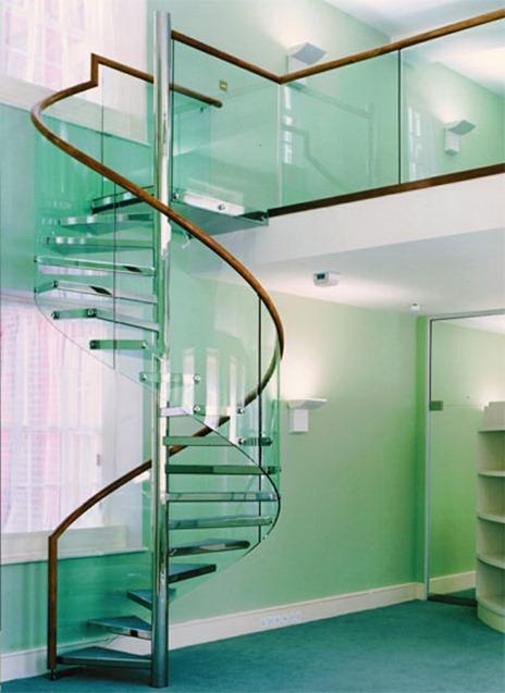 escalera caracol en metal cristal templado de color verde y baranda de madera
