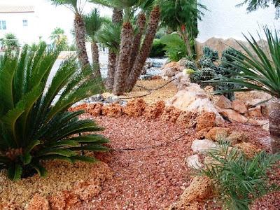 Decoraciones y modernidades modernos jardines decorados for Jardines decorados con piedra