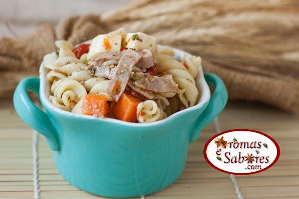 Salada de macarrão com rosbife