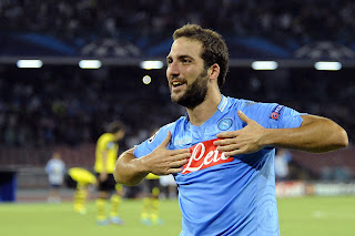 Higuáin, jugador del Nápoles celebrando un gol