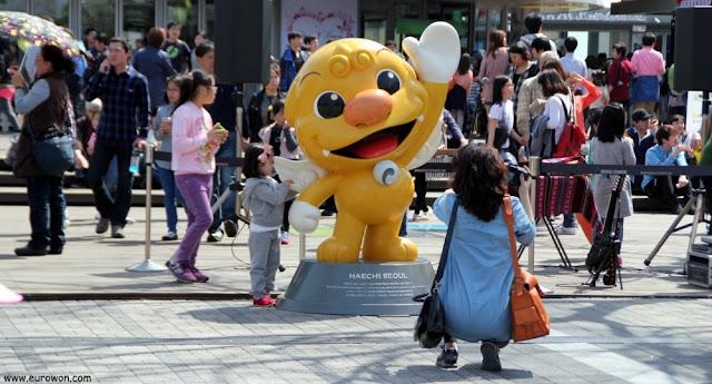 Niña coreana tomándose una foto con Haechi