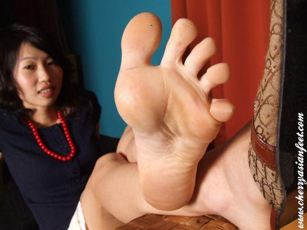 Ножки молоденькой китаяночки очень эротично и возбуждающе выглядят, вдобаво