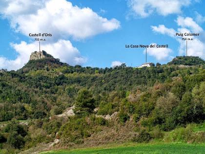 La Casa Nova del Castell, entre el Castell d'Orís i el Puig Colomer, des de la zona de Comerma
