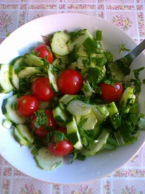 salata de castraveti, rosii si ceapa verde