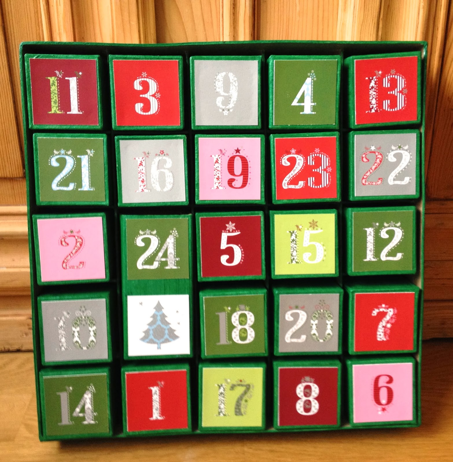 calendrier de l 39 avent 24 tiroirs d corer how to decorate an advent calendar wit 24 drawers. Black Bedroom Furniture Sets. Home Design Ideas
