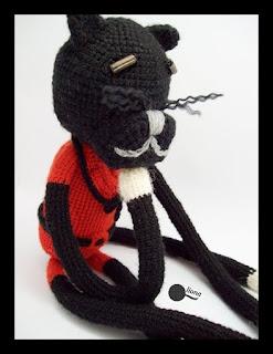 Blackred - kot szydełkowy.