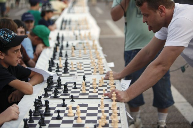 Simultaneous Chess Games