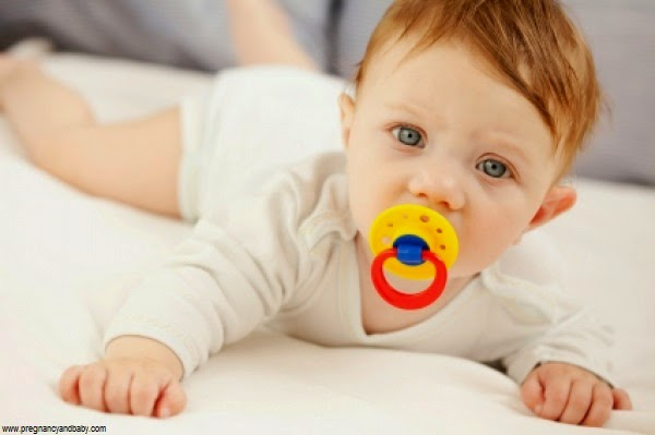 Image bébé garçon avec tétine