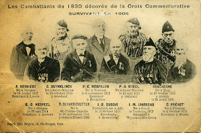 Postkaartfoto uit 1905, waarop negen oud-strijders staan van 1830.