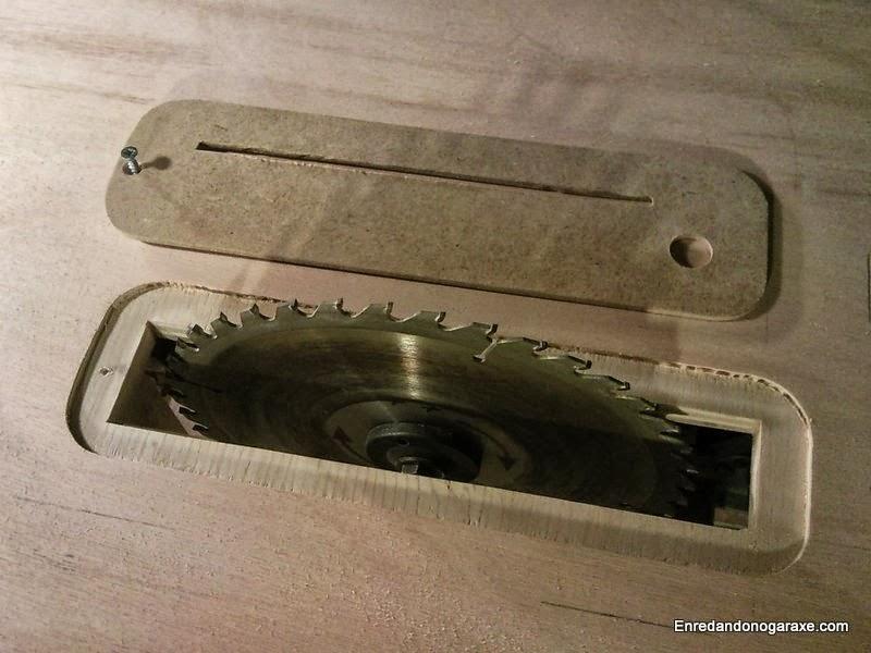 Inserto de sierra de mesa quitado, hueco y hoja de sierra de disco, enredandonogaraxe.com