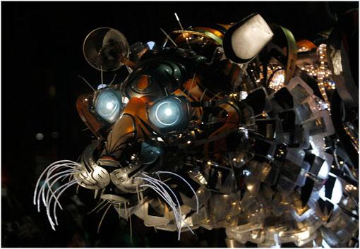 Un tigrehecho con materiales reciclados en un desfile durante el Año