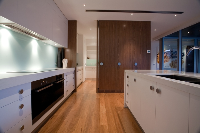 Open kitchen doors in Kew House by Vibe Design Group
