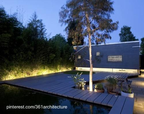 Espacios exteriores de una casa iluminados