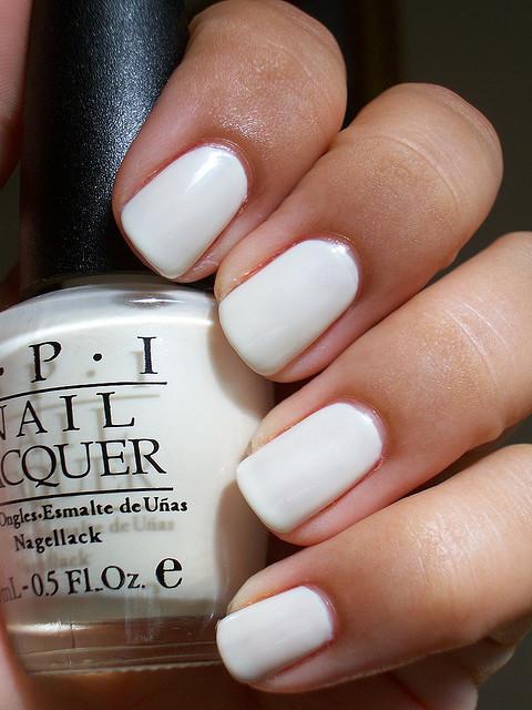 Se incluye para esta temporada la uñas pintadas de blanco, ya sea mate o perla, y el estilo Rave