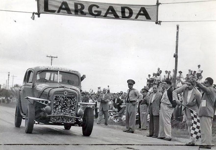 15 de marzo, 1953 / CARLOS LUSSO GANABA LA QUINTA VUELTA DE SANTA FE