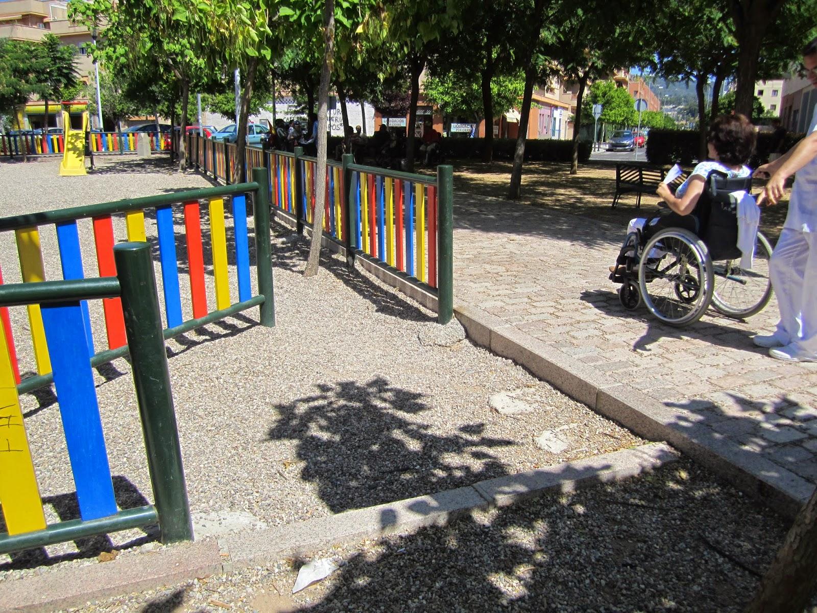 Entre el itinerario adoquinado y la zona de juegos infantiles hay un desnivel de unos 15 centímetros de altura.