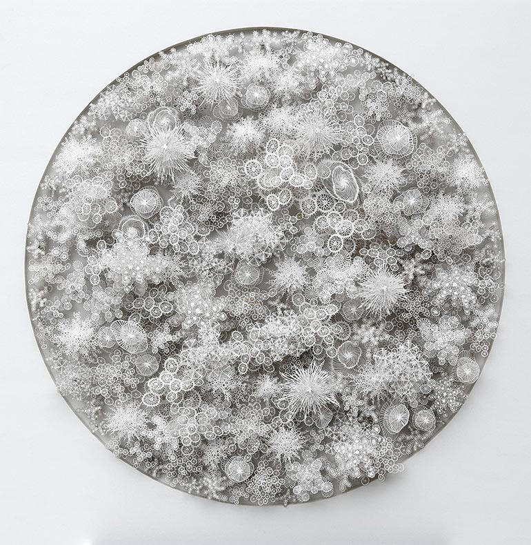 Nuevos microbios de papel cortados a mano y con láser por Rogan Marrón