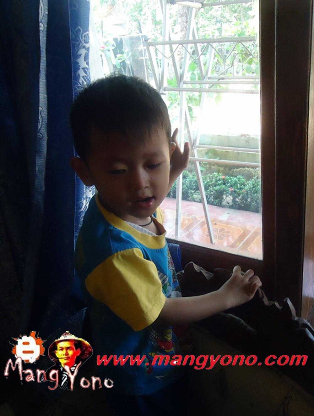 Gigin anak saya naik kekursi dan gedor - gedor kaca jendela