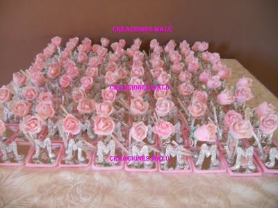 Souvenirs para 15 años, compuesto por rosa en porcelana fría e