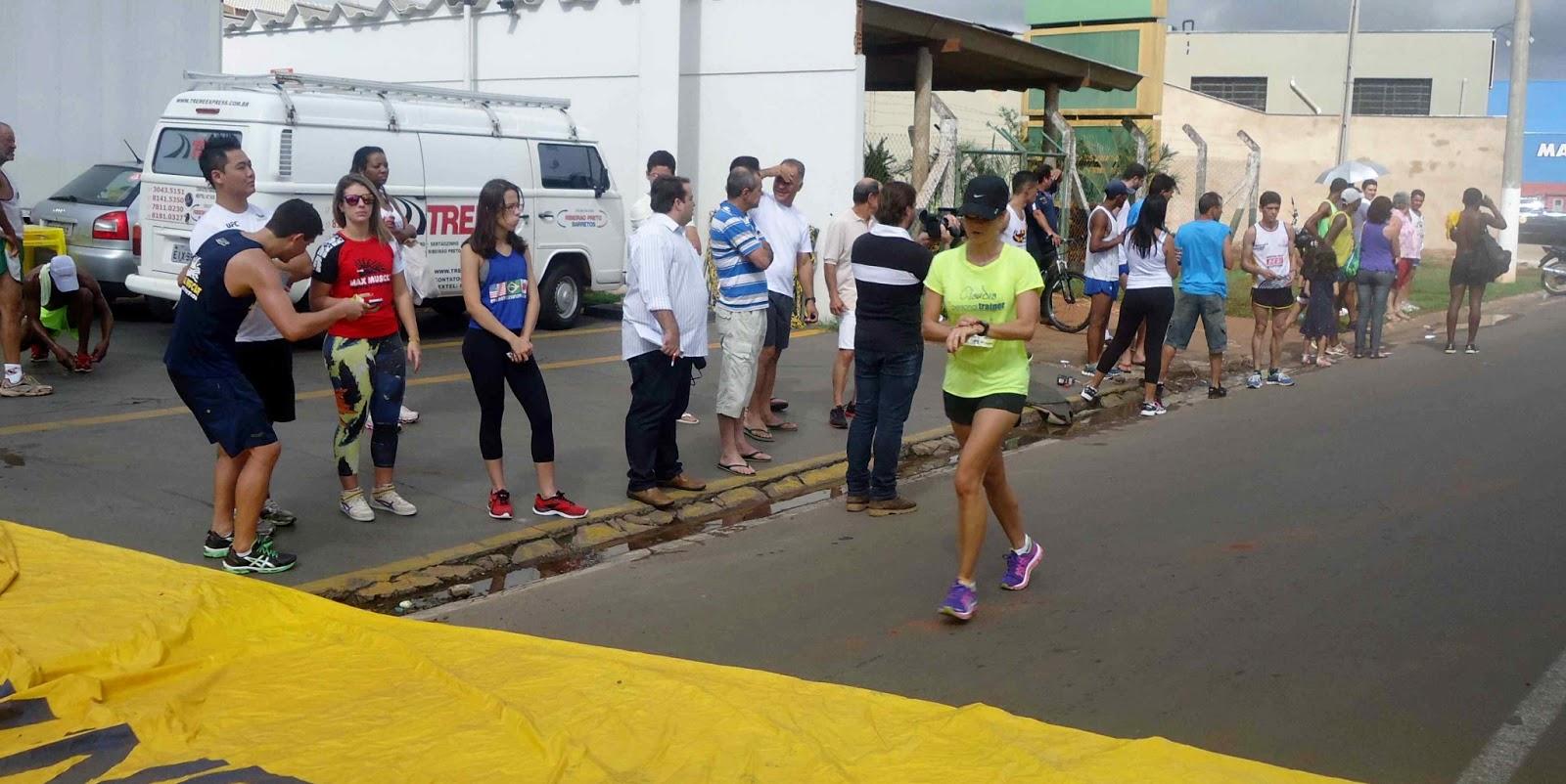 Foto 157 da 1ª Corrida Av. dos Coqueiros em Barretos-SP 14/04/2013 – Atletas cruzando a linha de chegada