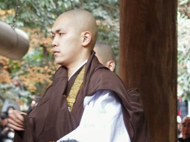 真剣な表情の若い僧侶。