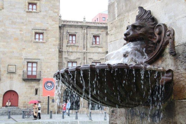 Fuente y Palacio de Revillagigedo en la Plaza del Marques. Puerto Deportivo de Gijon