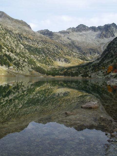 Estany de Besiberri a la tardor Alta Ribagorça Pirineu de Lleida
