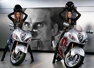 Outdoors atrás de duas mulheres motocicletas