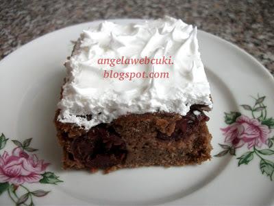 Habos kakaós szelet gyümölccsel, kevert tésztás, meggyes, gyümölcsös sütemény, tojáshabbal a tetején.