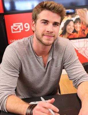 Liam Hemsworth firmando autógrafos