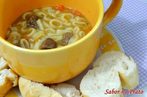 sopa de legumes super fácil de fazer.É com carne e macarrão.