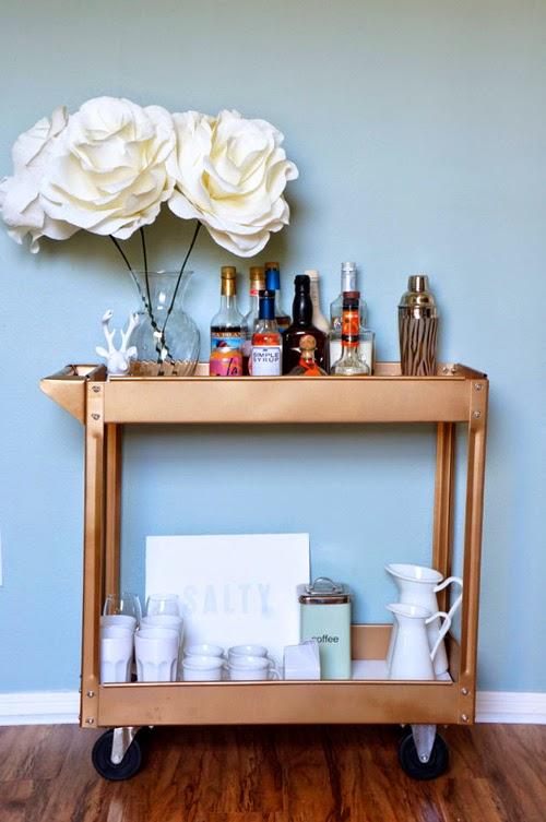 Mueble bar DIY bronce con flores