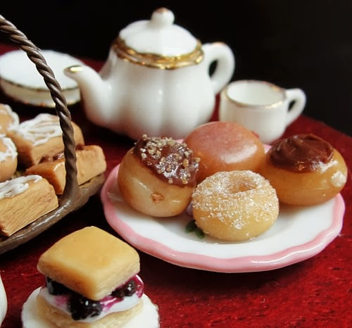 18-Doughnuts-and-Pastries-Small-Miniature-Food-Doll-Houses-Kim-Fairchildart-www-designstack-co