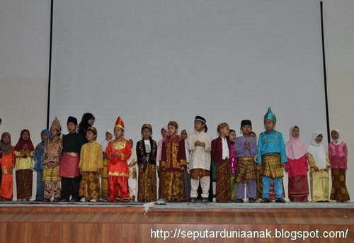 Anak-anak dengan pakaian adat, pentas akhir tahun tpa
