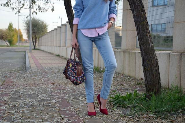 look-azul-rojo-jersey-lana-jeans-camisa-blogger-stilettos-rojos
