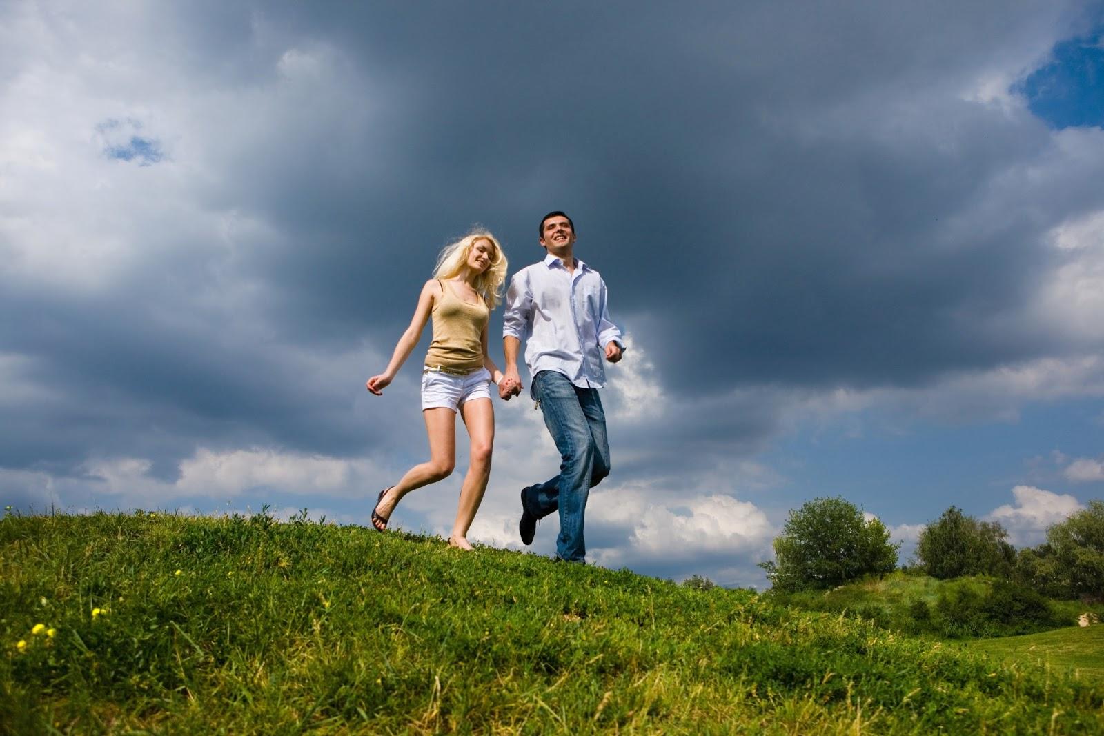 BANCO DE IMAGENES GRATIS: Pareja de jóvenes paseando por los paisajes