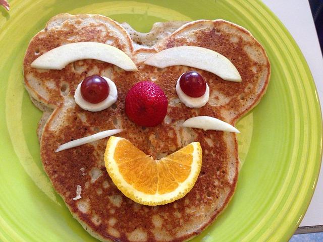 pancakes divertidos con fruta