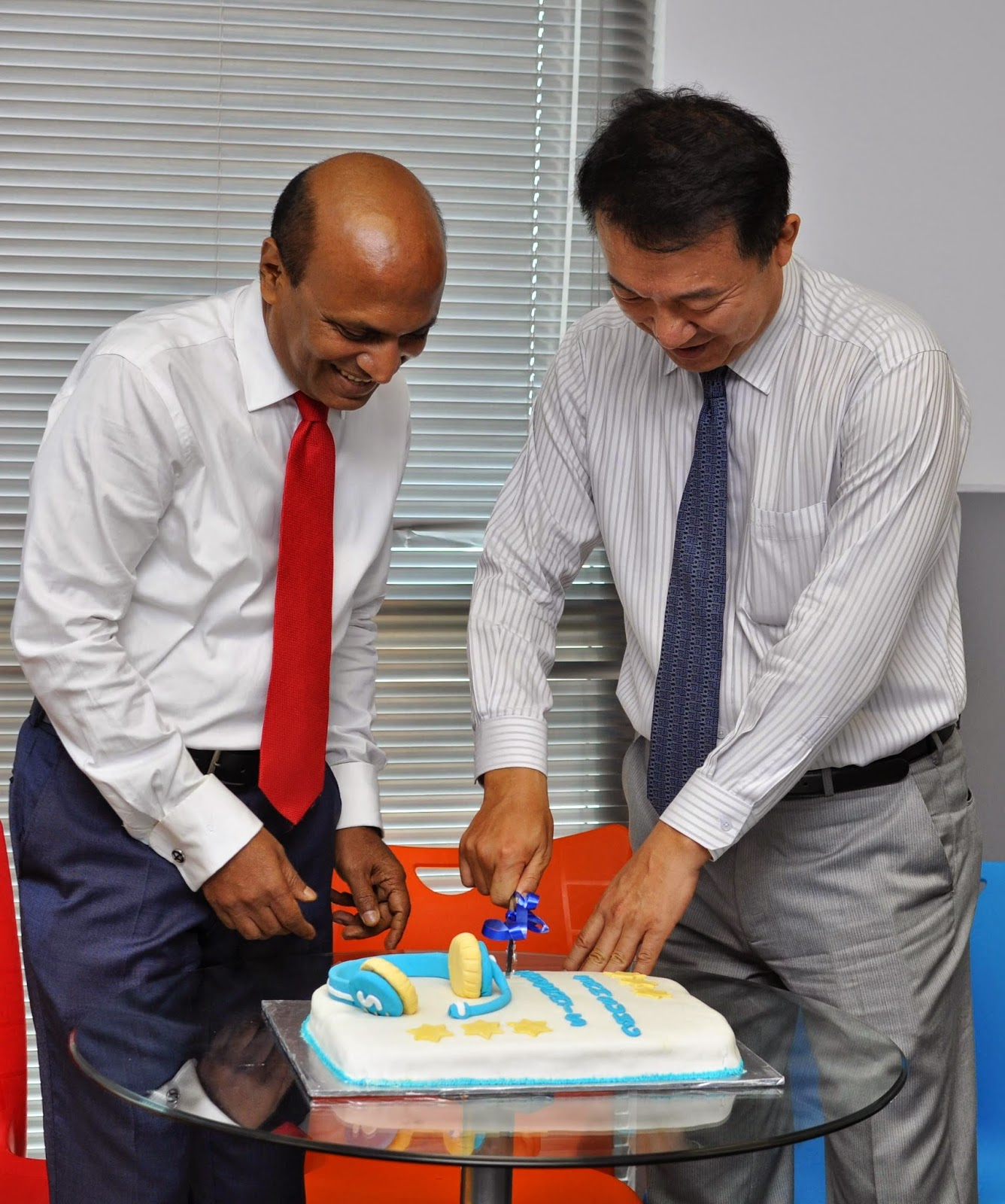 H.K. Chang, Managing Director, Samsung Electronics India - Sri Lanka Branch Office & Omer A Fareed - CEO, Amazai Group cut a celebratory cake to mark the occasion