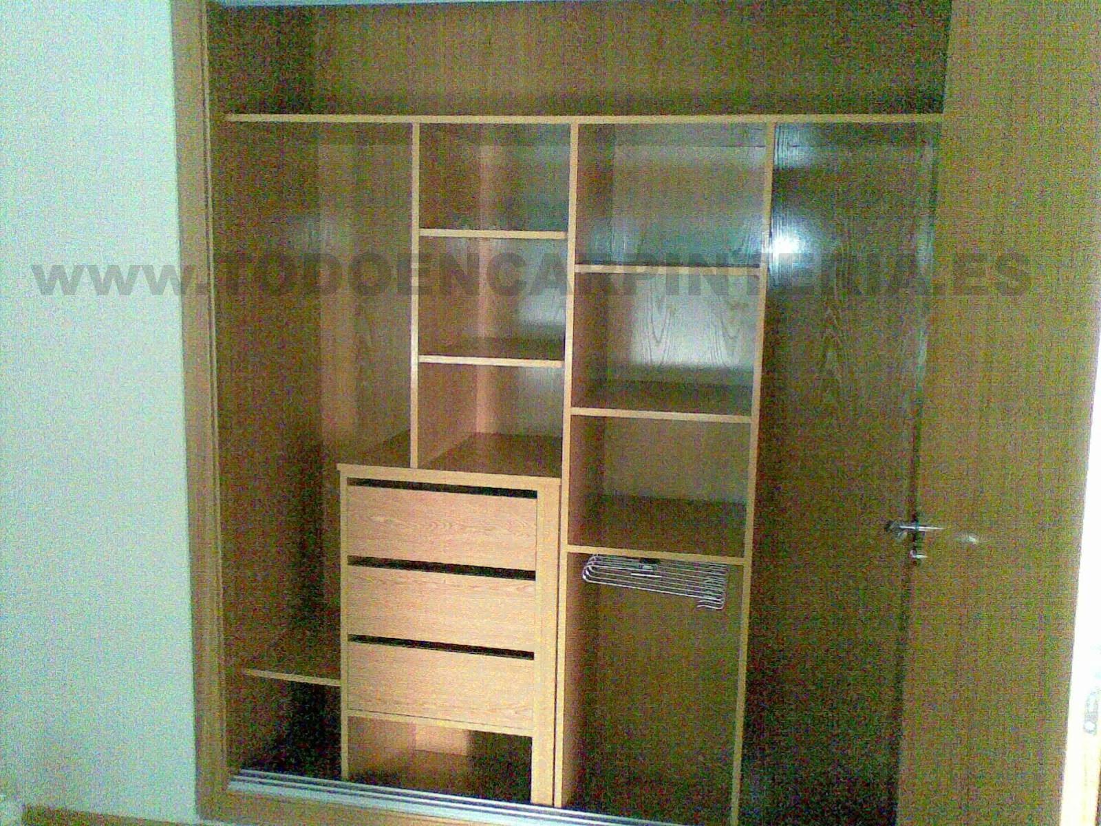 Forrado interior de un armario en madera de roble con pantalonera