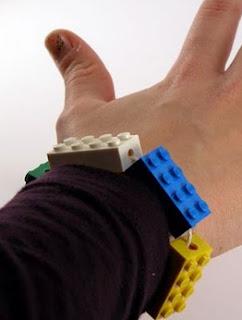 http://translate.googleusercontent.com/translate_c?depth=1&hl=es&rurl=translate.google.es&sl=en&tl=es&u=http://www.instructables.com/id/A-LEGO-Bracelet/&usg=ALkJrhhI3IL9Z5yTksNCZB-l8gzQHY0FnA
