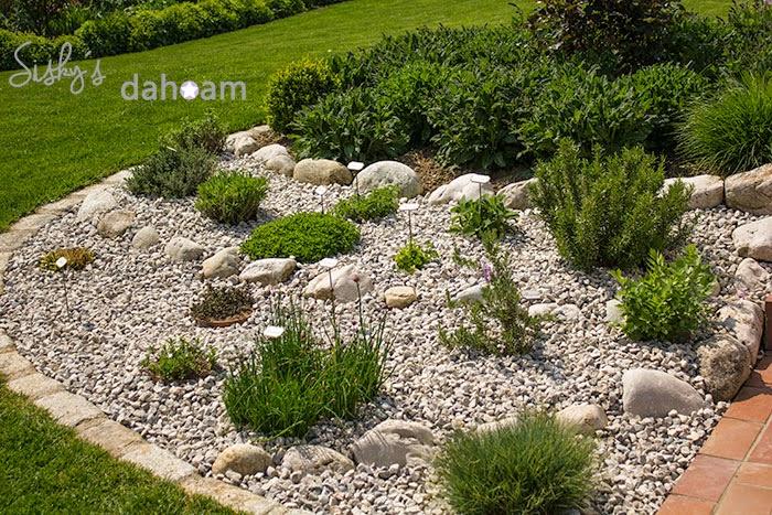 Kräuterbeet mit Steinen