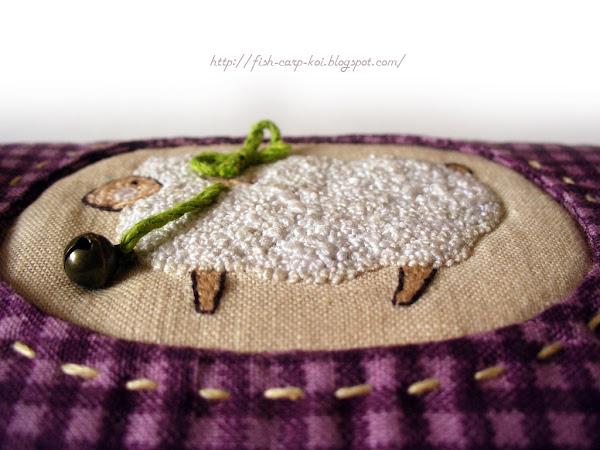 Чехол для крючков ручной работы с вышивкой гладью Овечка