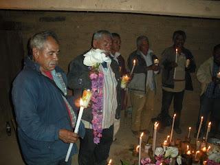 Ancianos ofreciendo la luz con las velas.