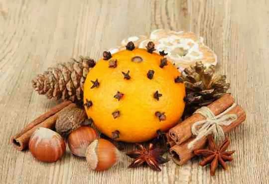 Świąteczna ozdoba z pomarańczy, orzechów, anyżu i cynamonu