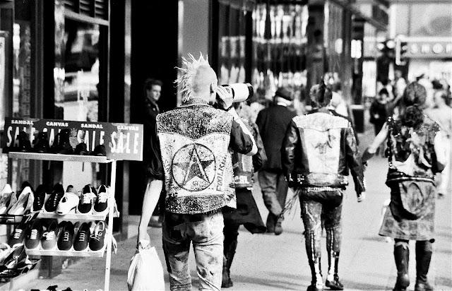 http://www.bigbombopunk.com/articulos/2013/08/29/punk-burguesia/#prettyPhoto