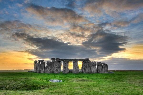 Stonehenge é um local mágico associado a inúmeras teorias sobre a sua construção e local.