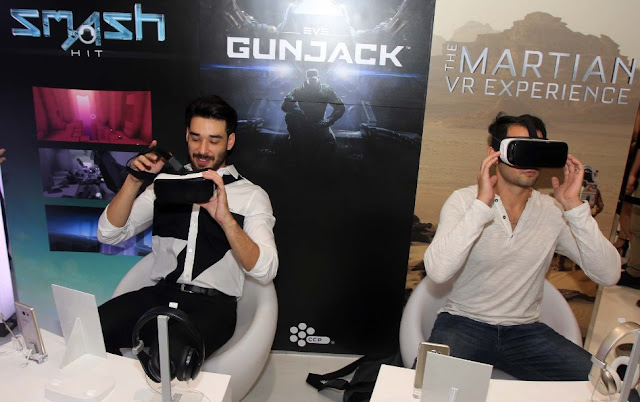 Guests try out the Gear VR at the Galaxy Studio.