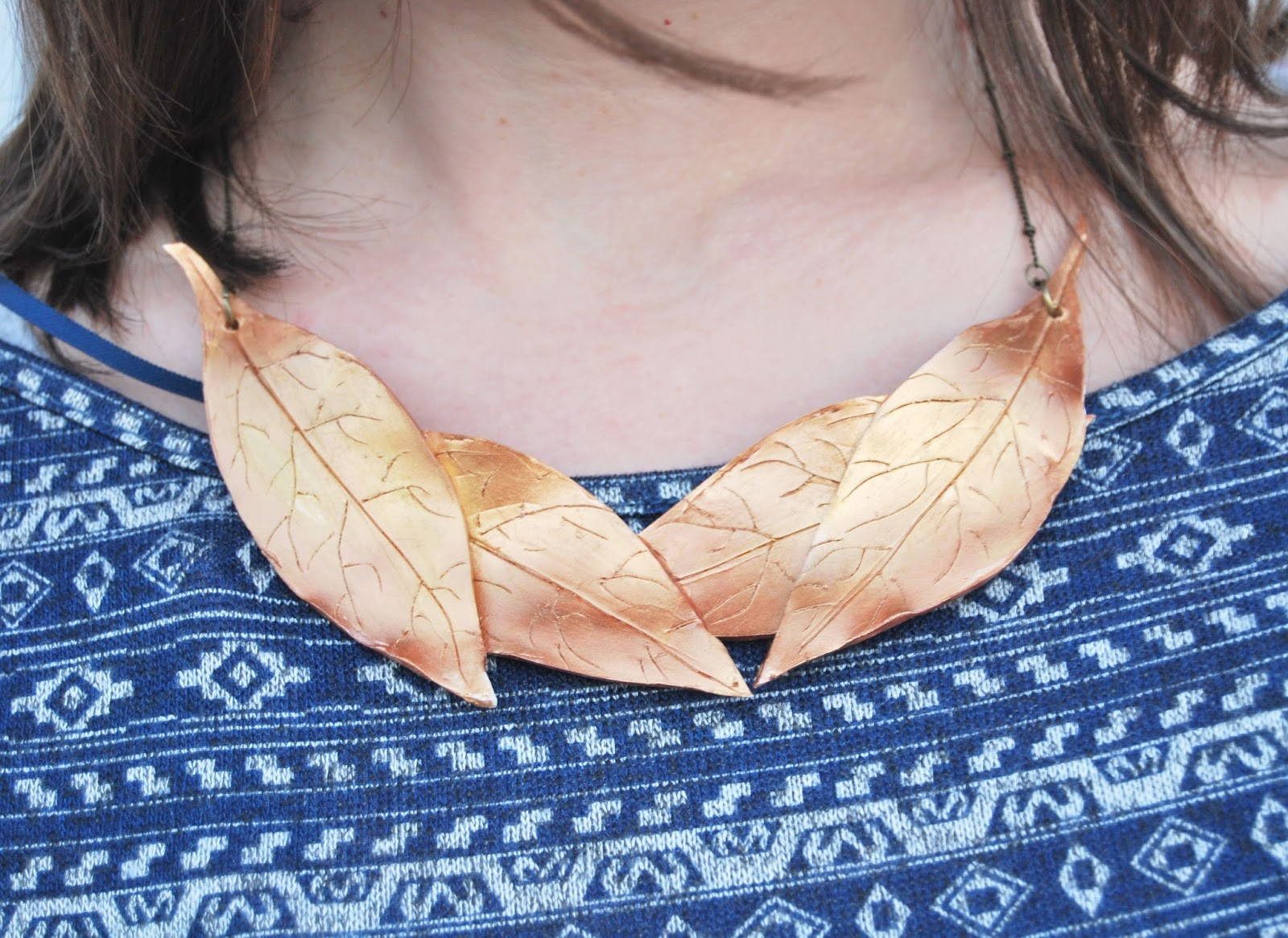 collar babero bronce dorado hojas bisuteria artesanal