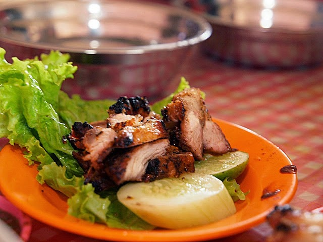 """""""Panggang Babi"""" yang disajikan dengan sambal andaliman dan jeruk nipis."""