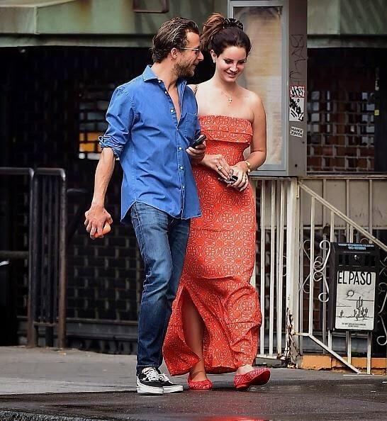 Surely, it help that the 29-year-old gets to sit front row to the hottest trend on the street runaway. And now, the singer was spotted to spent her romantic moment with boyfriend, Francesco Carrozzini at the street in New York on Monday, September 29, 2014.